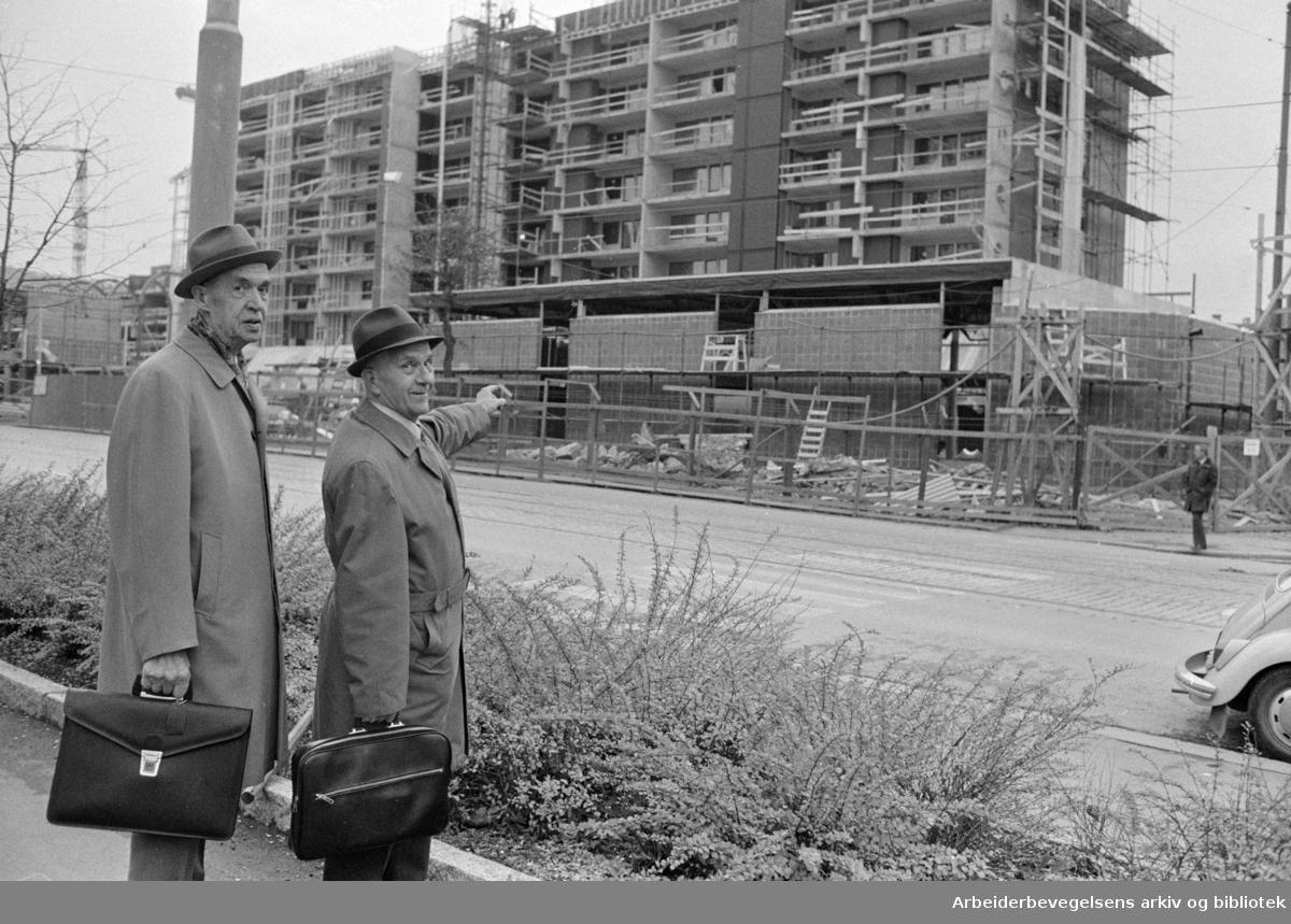 Sandaker senteret under bygging. Terje Opsann og Torleif Bjardal. November 1974