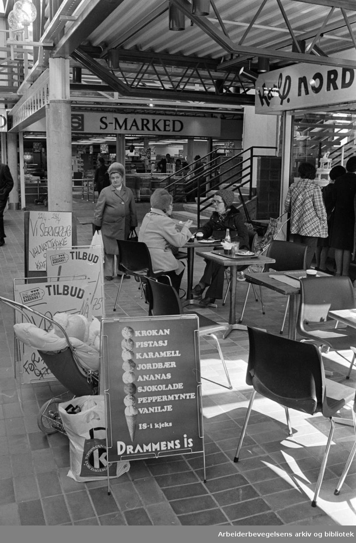 Sandaker senteret. Nordbys fortausrestaurant. April 1976.