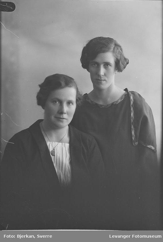 Portrett trolig av mor og datter. En av dem heter Agnes Andersen
