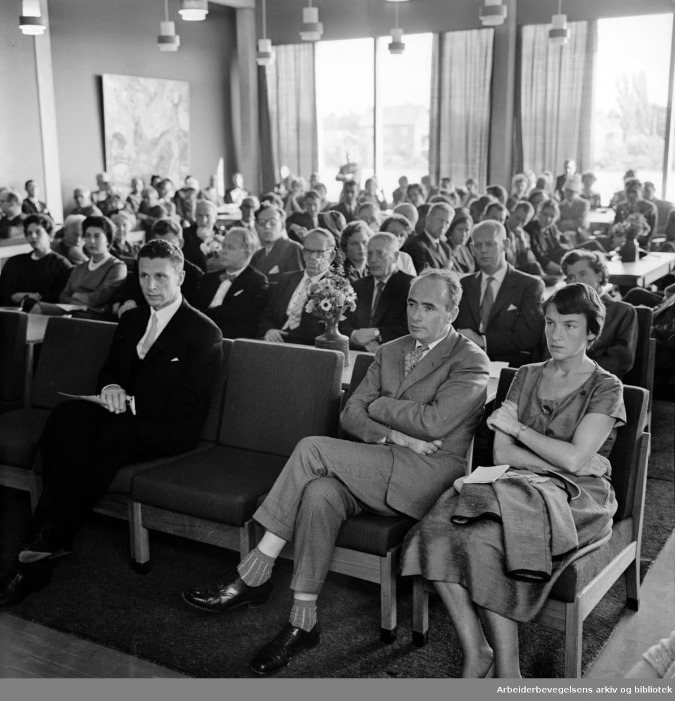 Universitetet på Blindern. Velferdsbygget innvies. Foran sitter samferdselsminister Trygve Bratteli med sin kone Randi. August 1961
