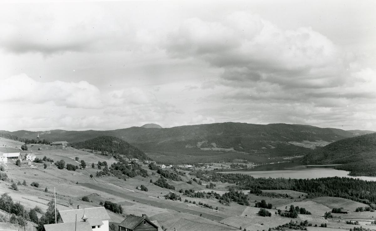 Utsikt mot Heggefjorden, med Hegge stavkyrkje til venstre.