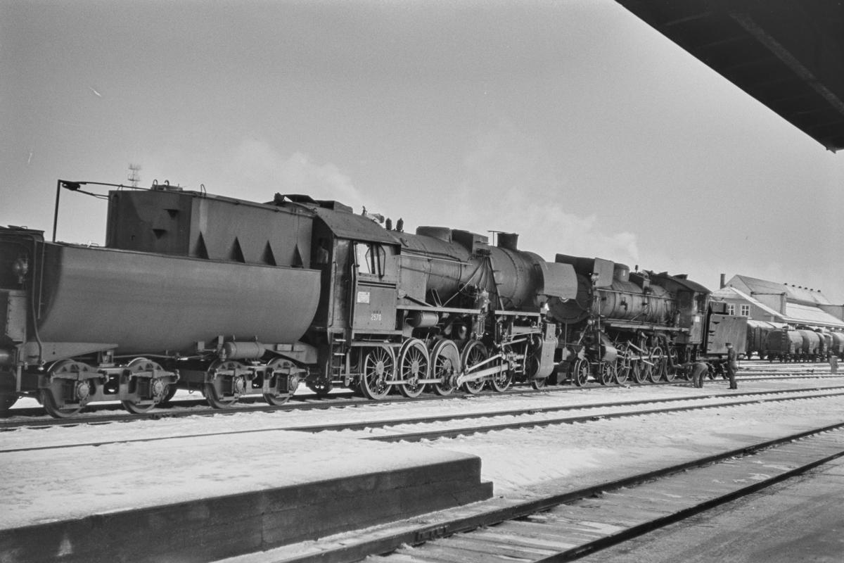 Damplokomotiv type 63a nr. 2570 (til venstre) og type 26a nr. 217 på Trondheim stasjon.