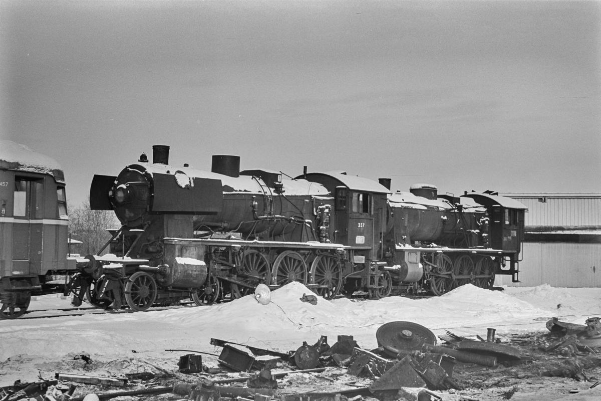 Utrangerte damplokomotiver under opphugging. Damplokomotiv type 30b nr. 357 (til venstre) og type 30b nr. 365.