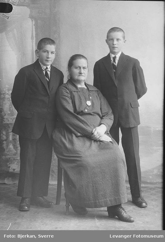 Portrett av en mor med sine sønner Etternavn Jensen fornavn ukjent