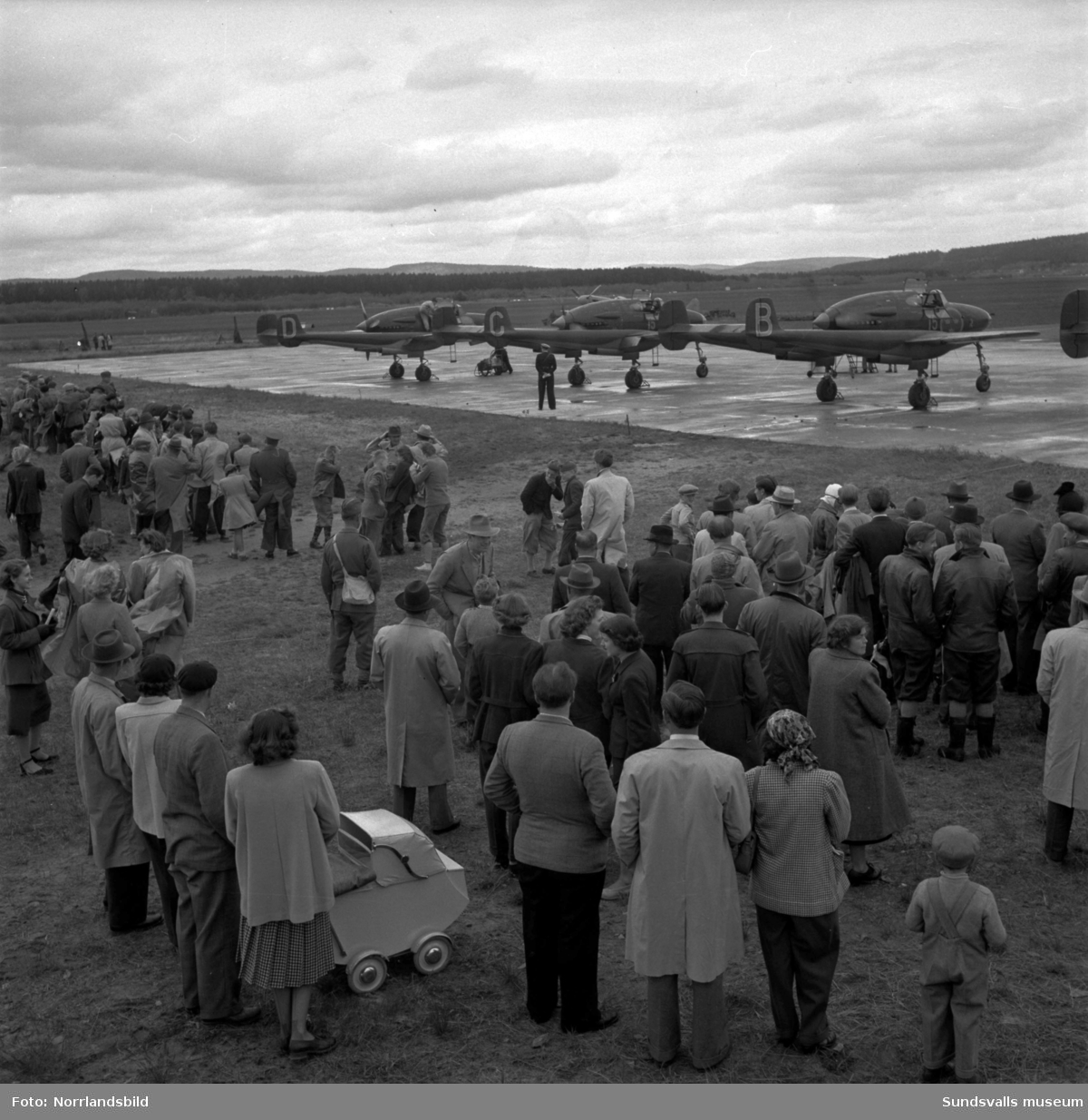 Massor av publik då flygdagen anordnades på Midlanda. Färjan till Skeppsholmen fick gå i skytteltrafik.