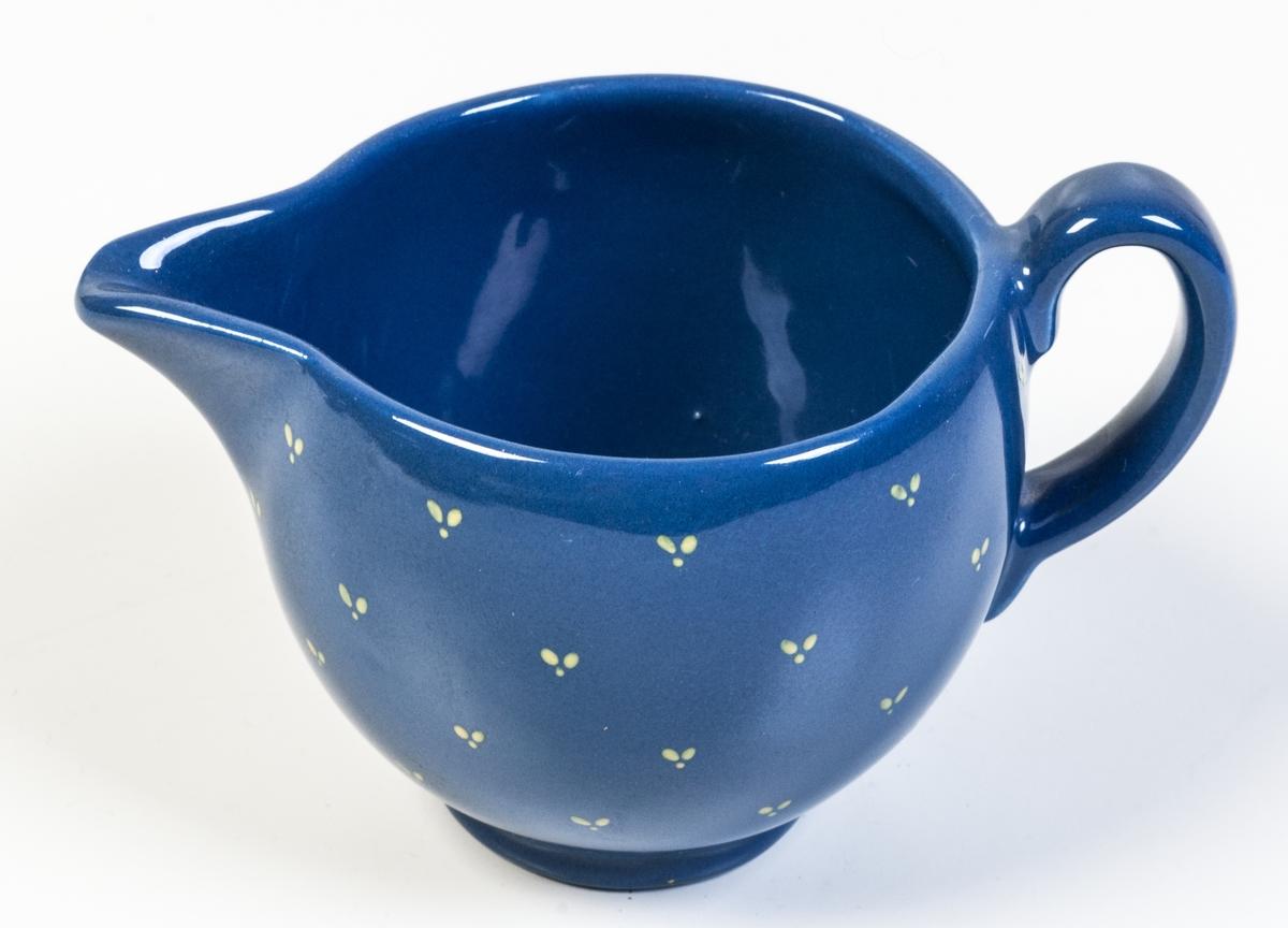 Gräddsnipa av flintgods, formgiven av Arthur Percy för Gefle Porslinsfabrik, modell -AI. Klotformad med snip och lodgrepe, slät. Liten, rund fotring. Dekor: matt, blå glasyr (1401) med gula handmålade ströeffekter.