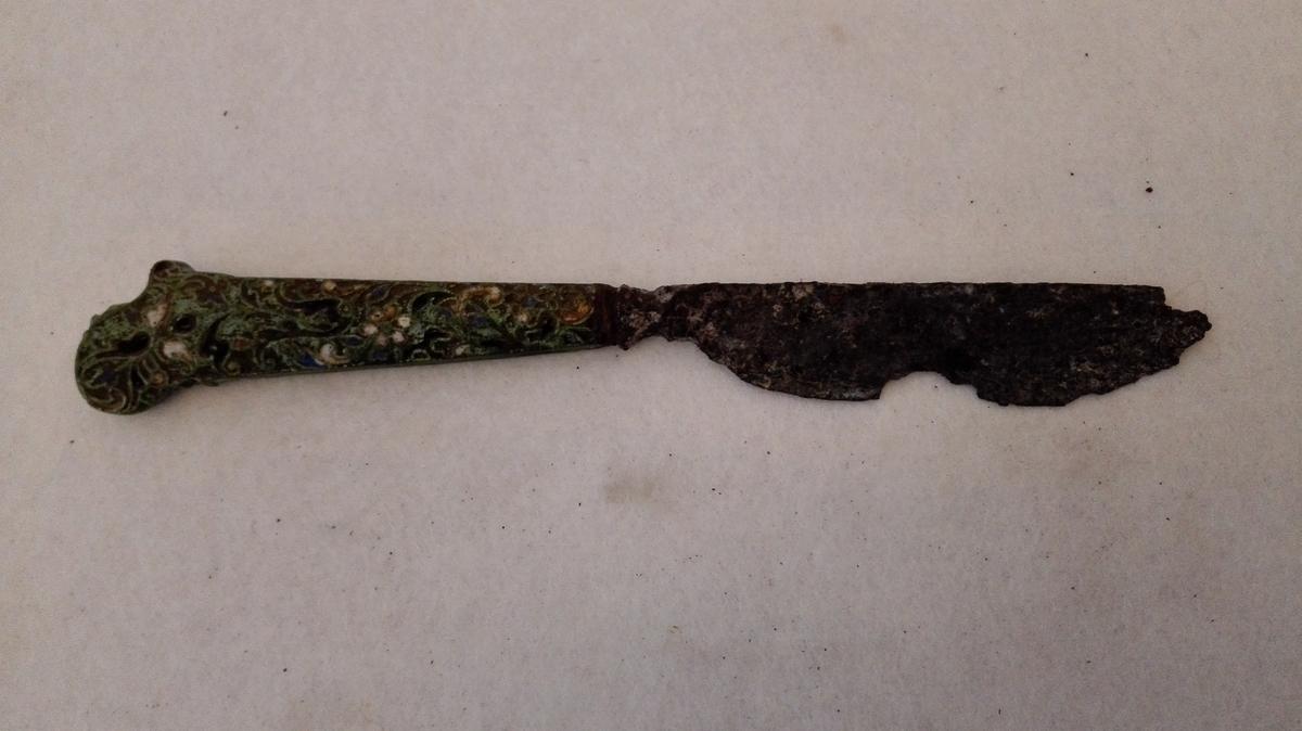 Form: Skaftet har innlagt emalje. Funne ved nylandsgraving i kjøkkenhagen på Amla.