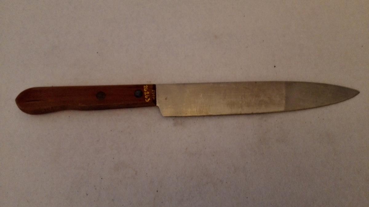 Form: Avspissa knivblad. Profilert skaft festa til tangen med 2 gjennomgåande naglar. Ulakkert hard- treskaft
