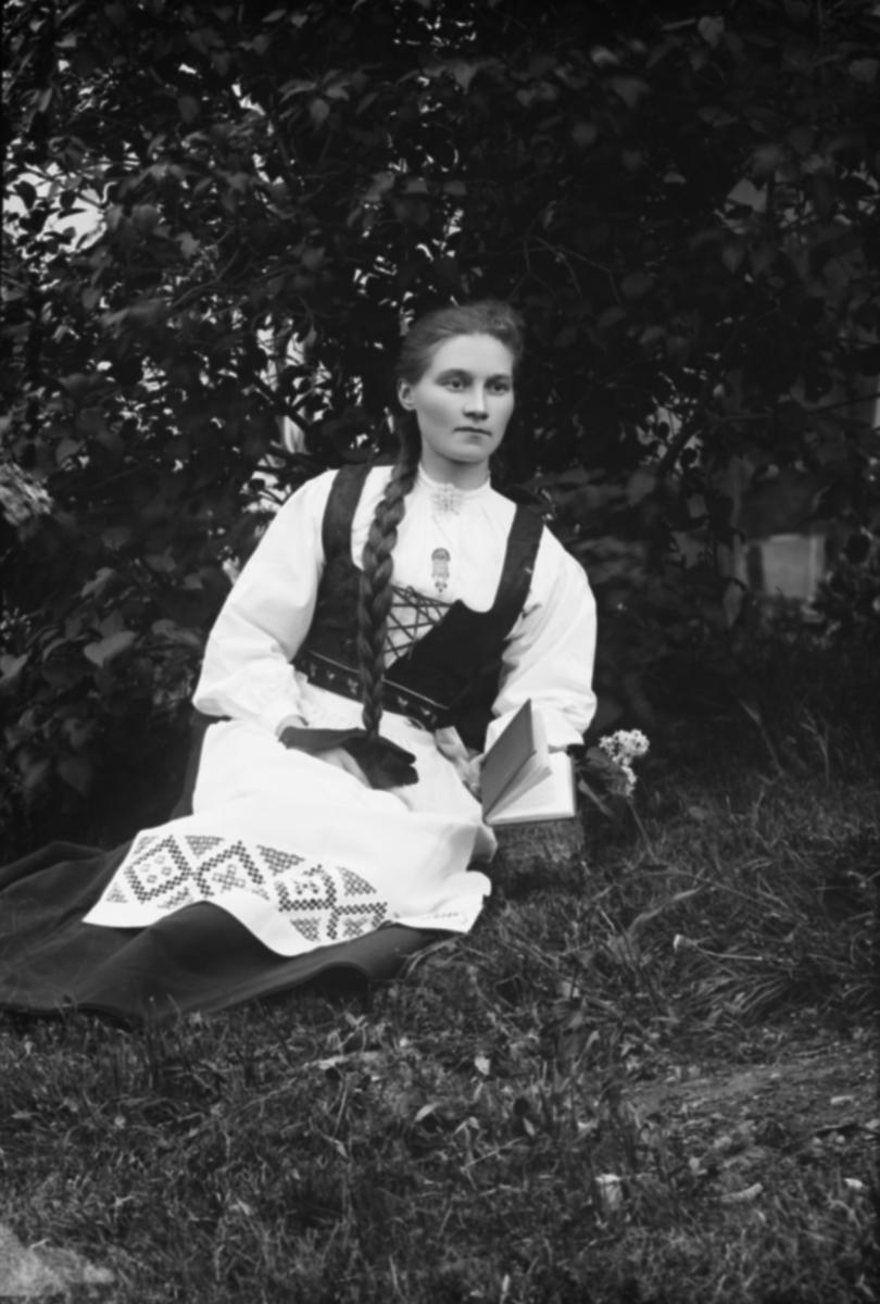 Ung kvinne i folkedrakt, Karen Kongsli f 1869 fra Nord-Fron.