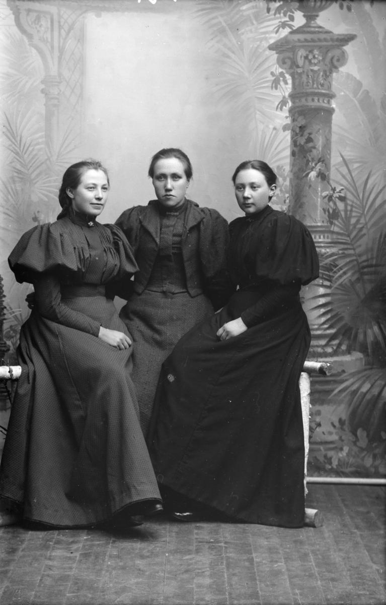 Portrett av tre kvinner beskrevet som Marie Forbergs gruppe (kan også tydes Farberg). Marie Farberg til venstre og Inga Hvattum helt til høyre.