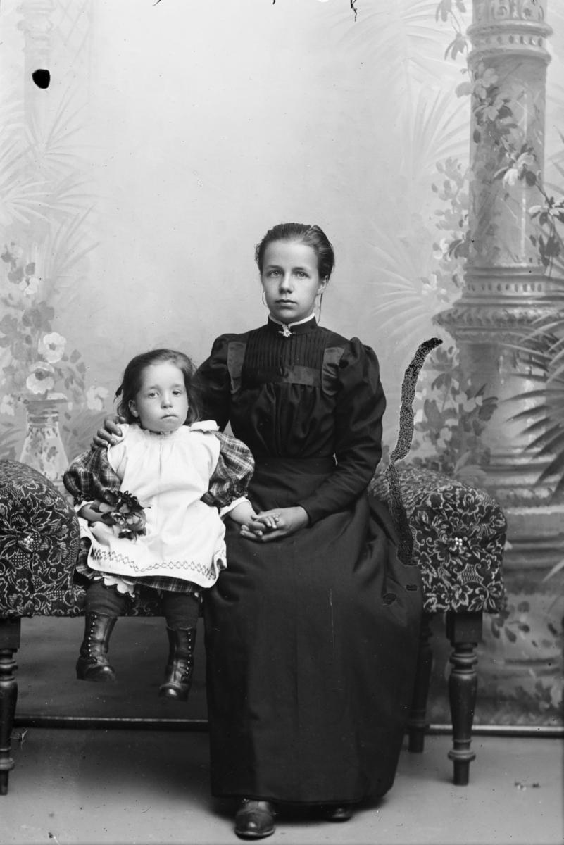 Portrett av Baneformann Hans Mathisens kone Eline Olsdatter og ett av barna.