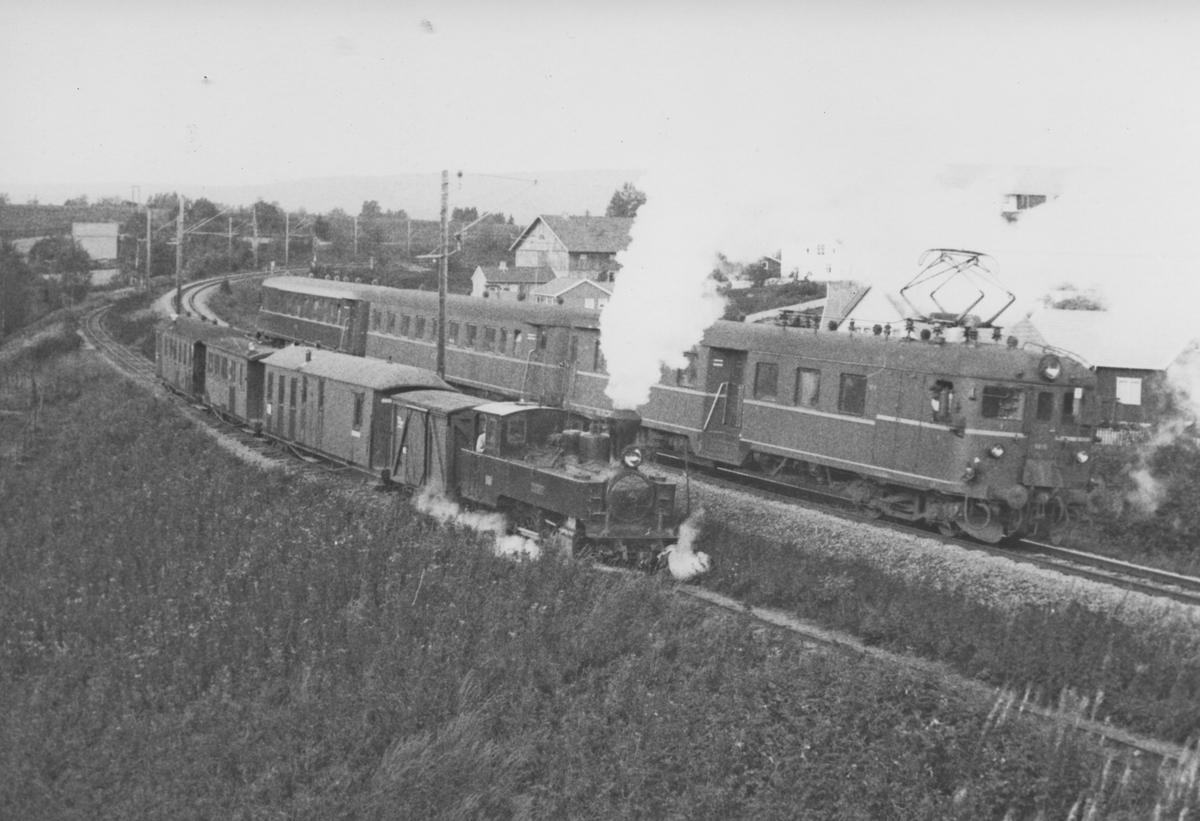 Persontog på museumsbanen Urskog-Hølandsbanen og persontog på Kongsvingerbanen (tog 1051 til Charlottenberg).