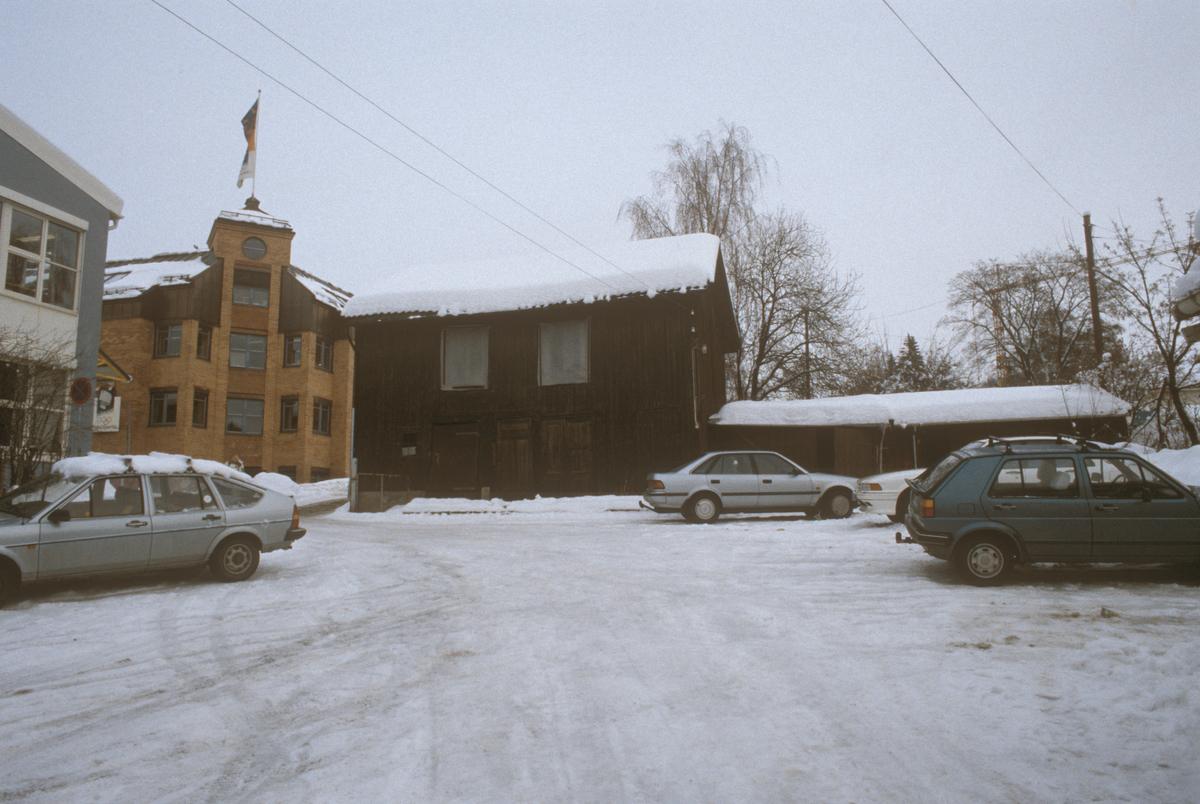 Lillehammer, sentrum, uthus til G. C. Lundes eft. A/S, fra bakgården til Storgata 65 mot Bryggerikvartalet, P-plass, mot nord-øst