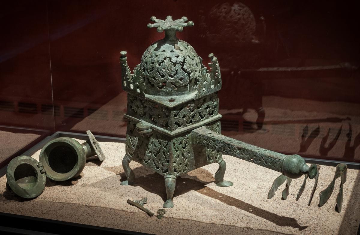 Glödpanna med lock, brons. Troligen från nuvarande Iran eller Syrien.