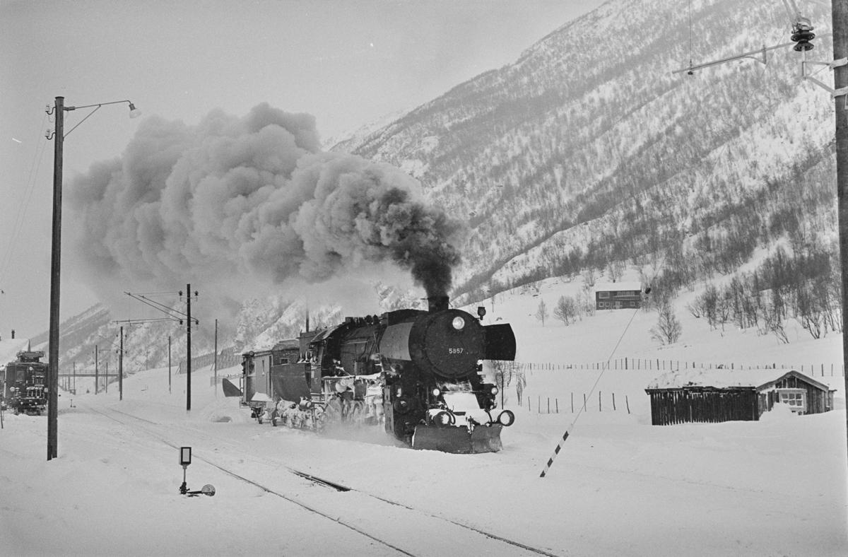 Snøryddingstog på Drivstua stasjon. Toget trekkes av damplokomotiv type 63a nr. 5857.