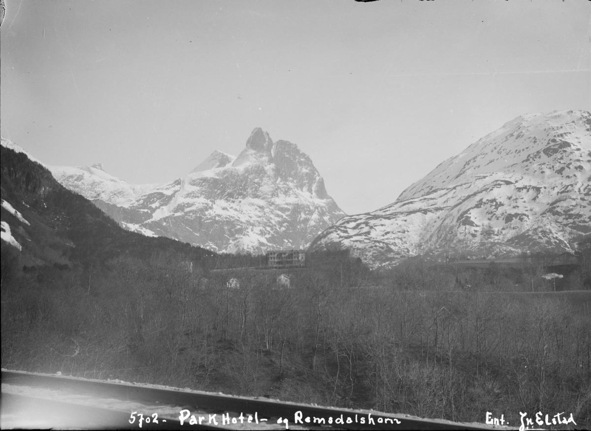 Romsdal. Romsdalshorn med Park hotell i forgrunnen.