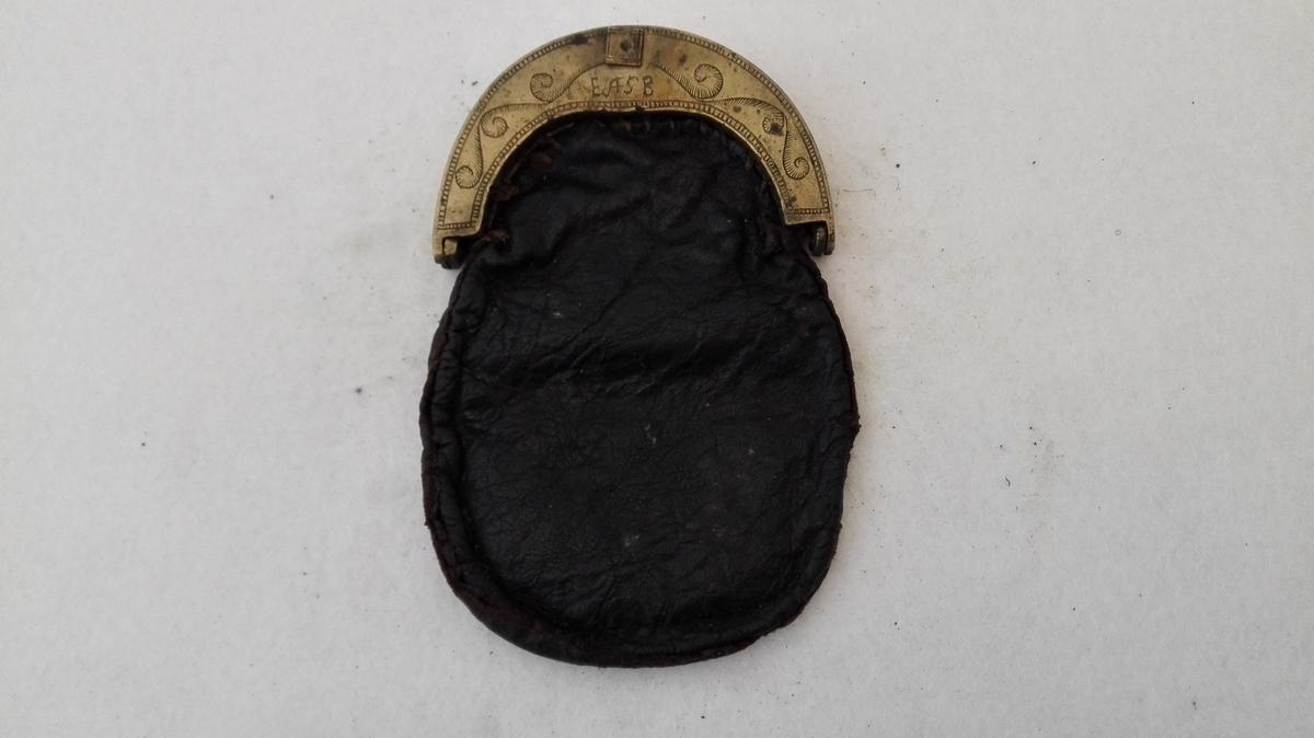 Gjenstandens katalognummer var borte, og han er identifisert til dette katalognummeret ved hjelp av beskrivelsen i originalkatalogen.