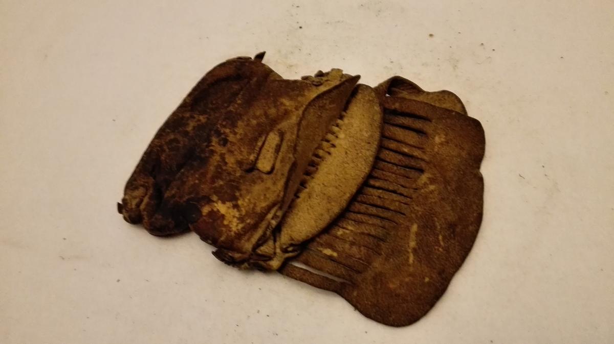 Spesiell liten pung av skinn. Pungen har ikkje metallås men eit opne- og lukkesystem der to skinnlappar som er fletta saman med eit oppklipt felt på kvar si side i pungen vert dregne opp og lagar lagar ein liten opning på kvar side. Opninga er beskytta av den oppklipte delen av pungen, som såleis berre kan brukast til  mindre gjenstandar, som t.td. myntar.   Pungen er velbrukt,  fint laga og dekorert med frynser.  Sjå foto.