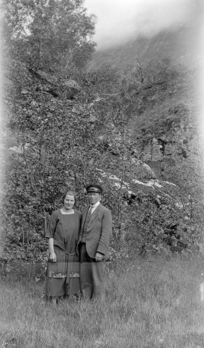 Ved Sæter i Eikesdalen Forlovelse Gudrun O. Sæther og Sigurd T. Bjorli