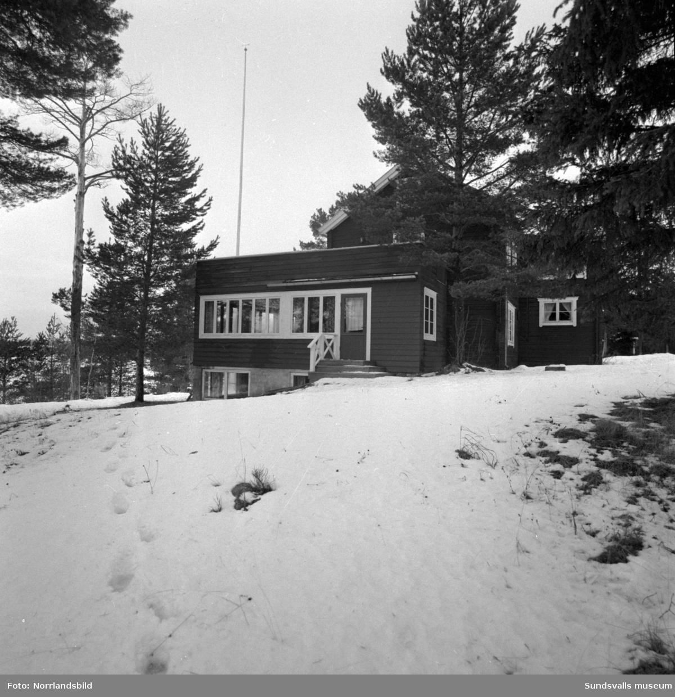 Midälvagården i Sörböle, Attmar, exteriörbilder. Bilderna tagna i samband med den så kallade muträttegången 1957 i Medelpads västra domsagas häradsrätt, mot bland andra Lucksta ångsåg/Luckstaverkens ägare. Även värdshuset ägdes då av industrimannen.