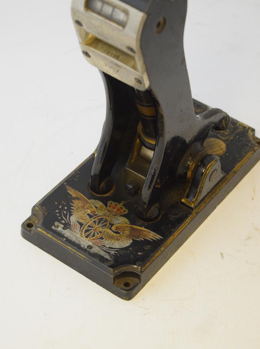 Vingehjul malt i farger på billettpressens sokkel.
