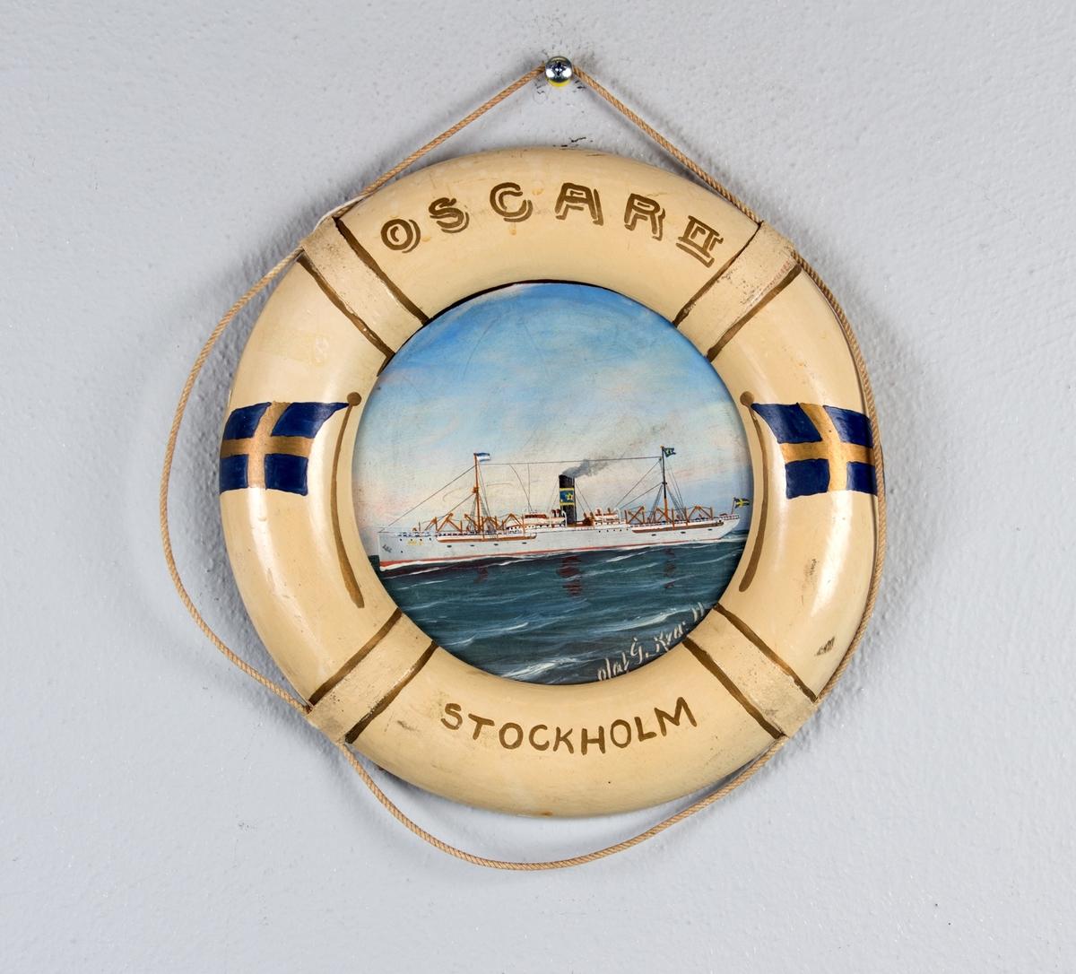 Skipsportrett av svenske DS OSCAR II i rom sjø. Rammen er utformet som en livbøye dekorert med svenske flagg og skipets  navn og hjemmehavn.