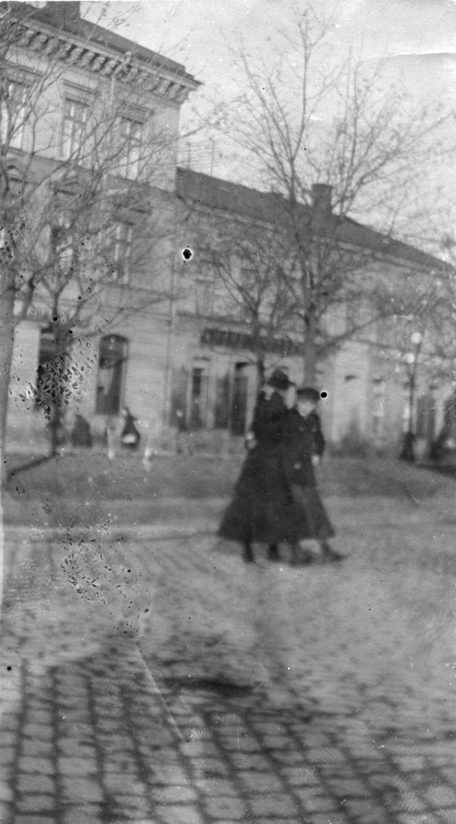 Två kvinnor på gata i Gävle.
