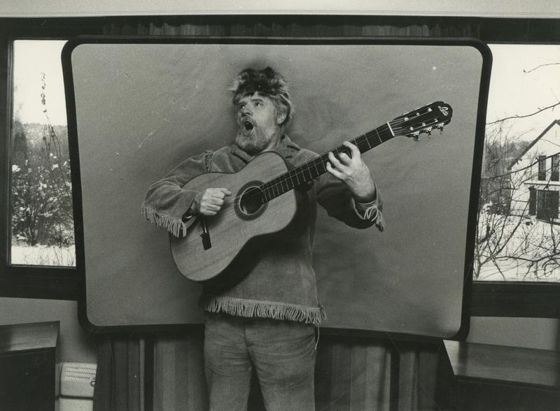 Arne Bendiksen i sitt ikoniske Davy Crockett-antrekk. Komplett kostyme, inkludert børse, er blant ingrediensene i utstillingen En blå ballong. (Foto/Photo)