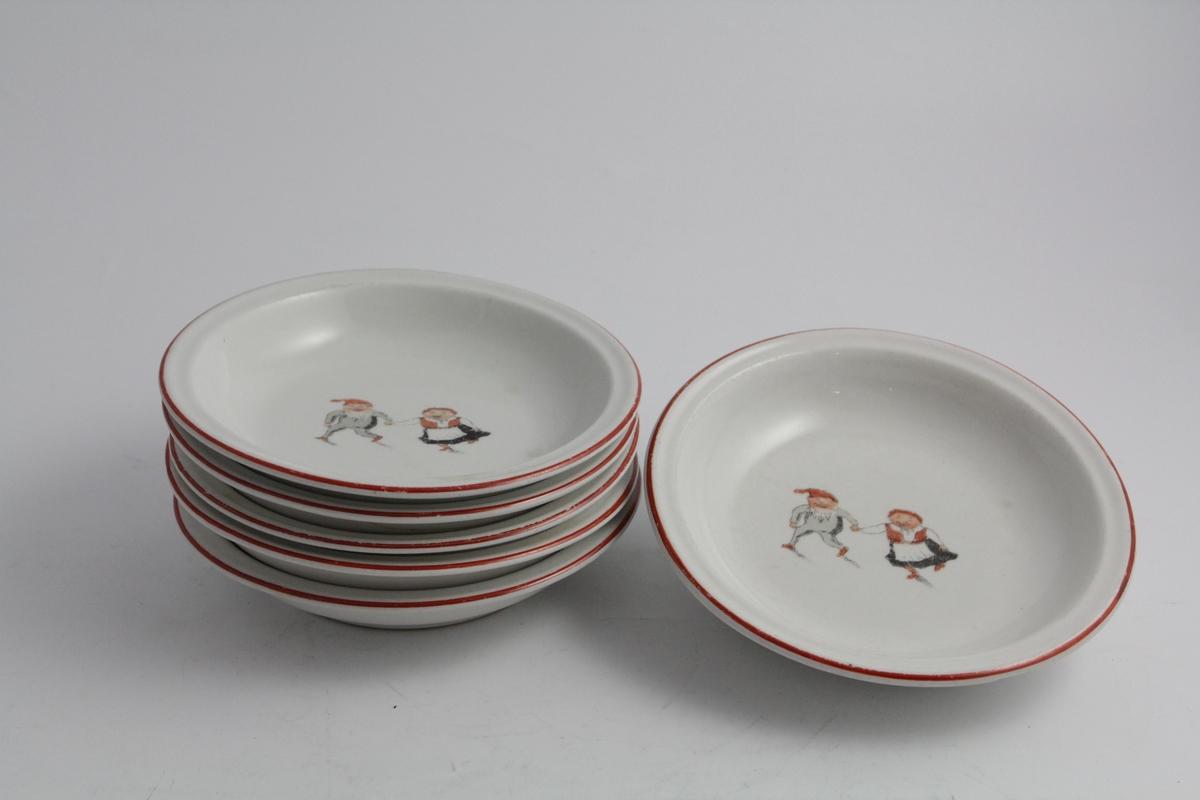 Runde dype tallerkener, ni totalt. Tomatrød kant, nissedame og nissemann på speilet. Hvit bunn.
