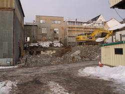 Bygningsmiljø på Kaarbøverkstedet. Gravemaskin til høyre for