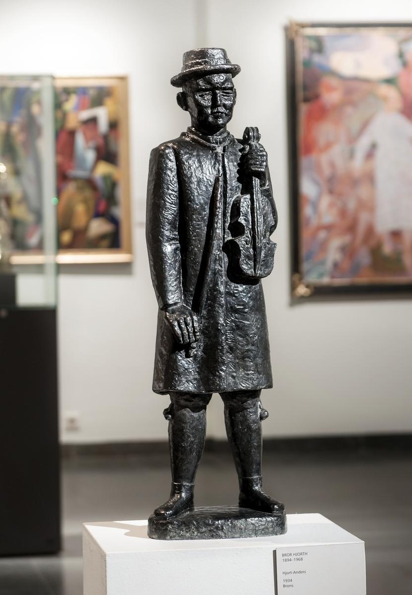 Skulptur i brons, föreställande spelmannen Hjort Anders, av Bror Hjorth, 1934. Hjort Anders Olsson (1865-1952) var född i Bingsjö, Rättvik, Dalarna. Han var inte släkt med Bror Hjorth, därav olika stavning på efternamnet.