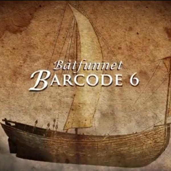 """Forside til film om båtfunnet Barcode 6: brun trebåt med ett seil, tekst """"Båtfunnet Barcode 6"""".. Foto/Photo"""