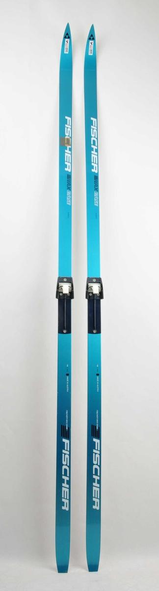 Langrennski laga av glasfiber, med såle av plast. Blå overside, med kvit skrift. Er påsatt bindingar av type Salomon.