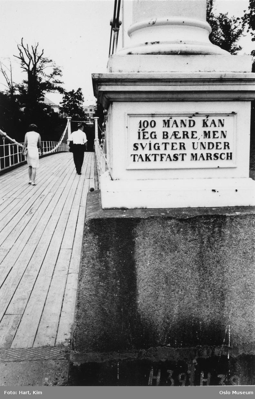 "Åmot bru, innskrift: ""100 mand kan jeg bære, men svigter under taktfast marsch"", mann, kvinne"