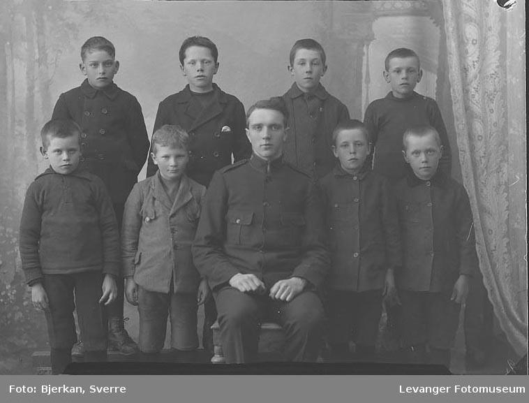 Gruppebilde Gruppeblde av mann i uniform og syv gutter. Mannen heter Ekanger fornavn ukjent
