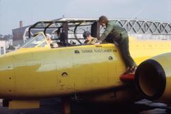 Gulmålat målbogserflygplan av typ Gloster Meteor T.7 med civ