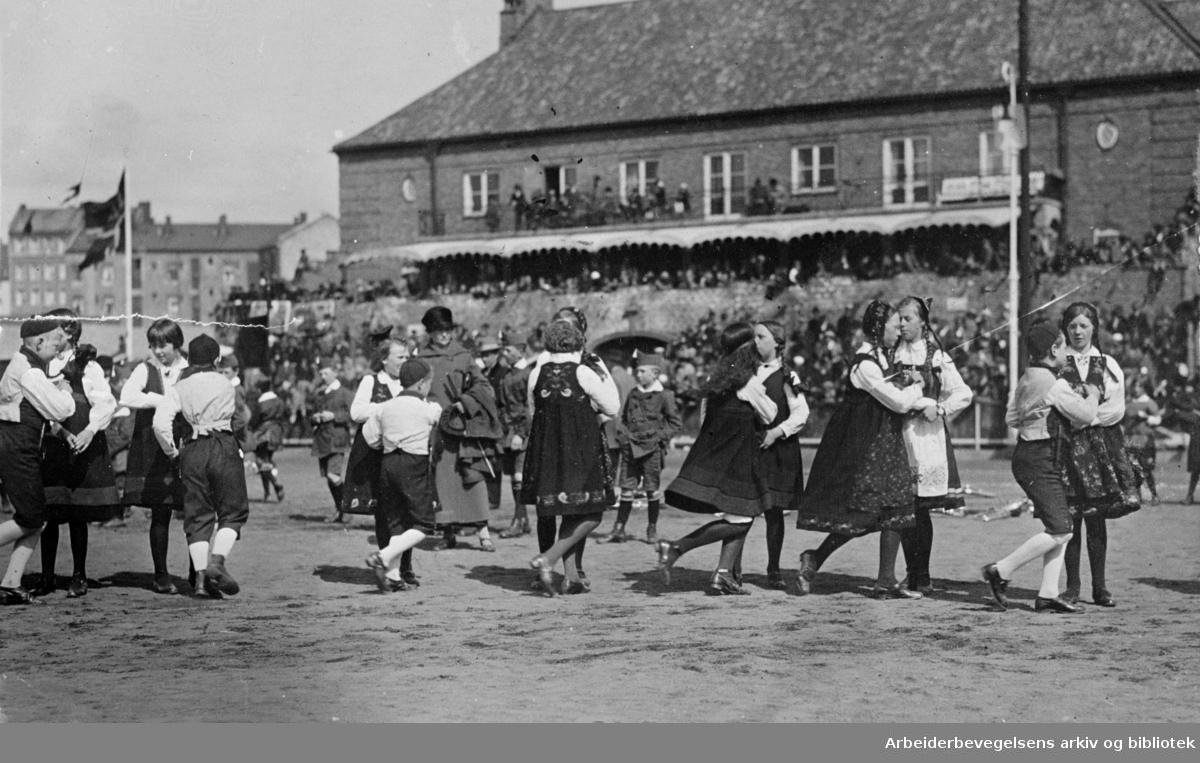 """1. mai 1925, fra barnestevnet på Bislett stadion. Leikarring fra et barnelag som antakelig opptrer med sangdansen """"Hu hei, kor er det vel friskt og lett""""."""