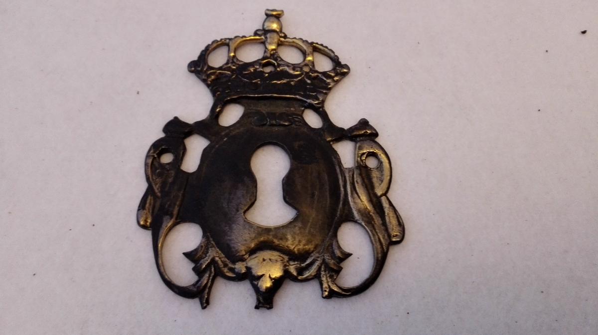 Eit nøkkelbeslag med krone frå Amla gard.