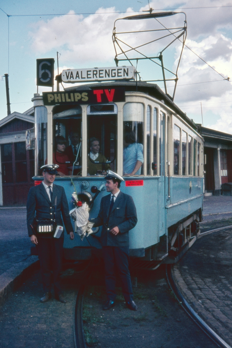Sporvogn 105 siste driftsdag rute 6. Etterstad. Dette var også siste dag de klassiske toakslede Kristiania-trikkene gikk i ordinær rutetrafikk i Oslo. Samme dag ble trikkelinjen til Etterstad nedlagt.