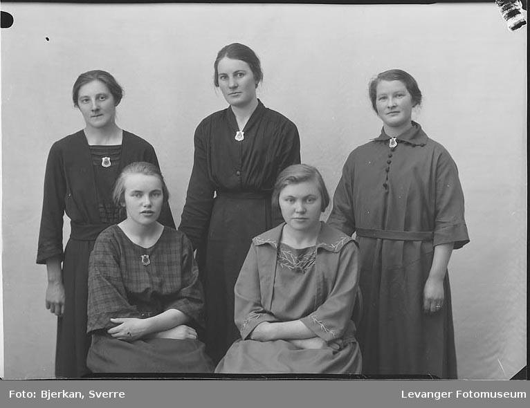 Gruppebilde av fem kvinner. En av dem heter Olaug Vinge