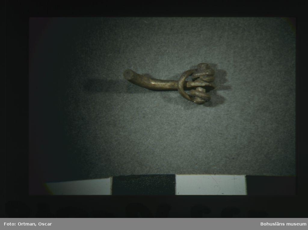 """Norum 140:1 grav 1 S/V Metall del av silverfibula nål och """"spännanordning"""""""