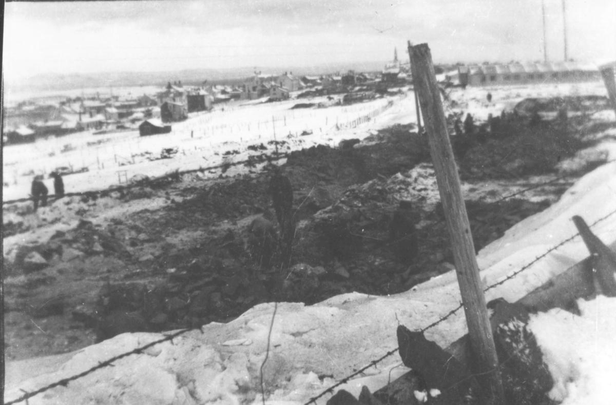 Etter sprengning av bunkers i Vadsø ca. 1941, omtrent der Bergstien 13 ligger i dag, nedfor kretsfengslet. Fotografert av en tysk soldat, Matthias Schlagwein.