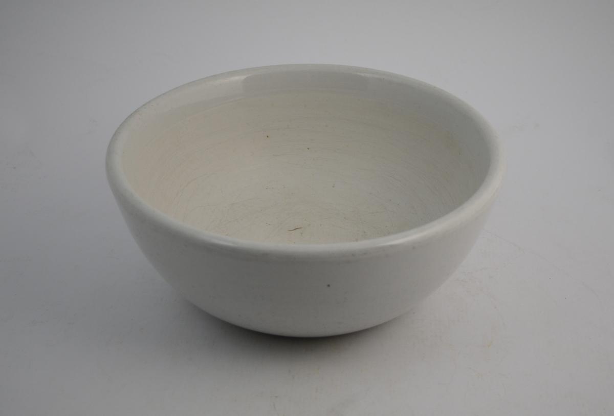 Stor, hvit porselensmorter. Sirkulær form.