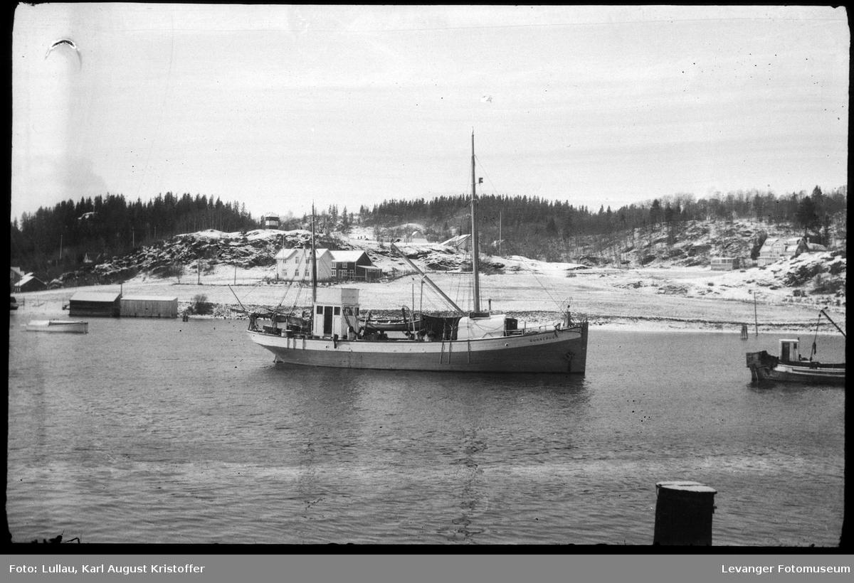 Fiskebåten Gunnerus foran Sekskanten på Korenhaugen. Solheimvillaen, med kiosken foran,