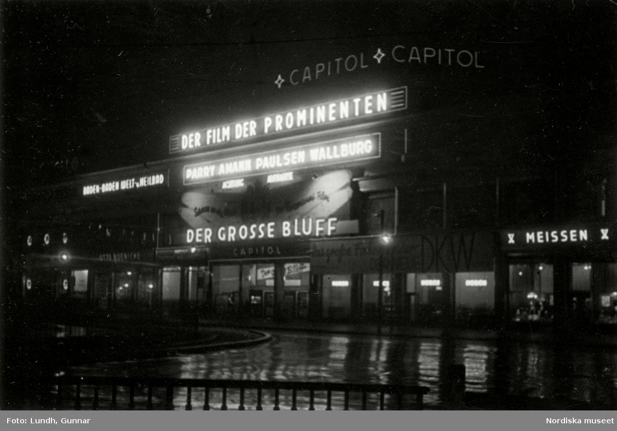 """Hardenbergstrasse, Charlottenburg, Berlin. Biografen Capitol am Zoo i kvällsbelysning, neonreklam för filmen """"Der Grosse Bluff"""""""