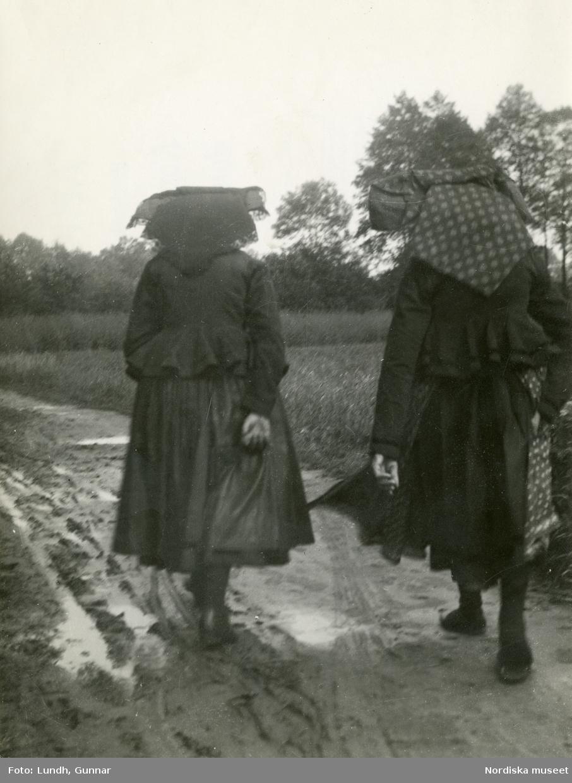 Spreewald, Tyskland. Två kvinnor med huvudkläden på en landsväg.