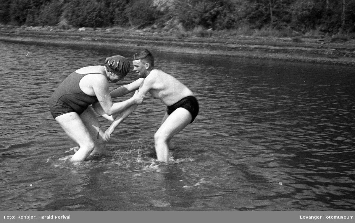 Badebilder med Magnhild og Per.
