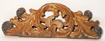 Ornament av trä med genombrutet arbete i guld och blått.