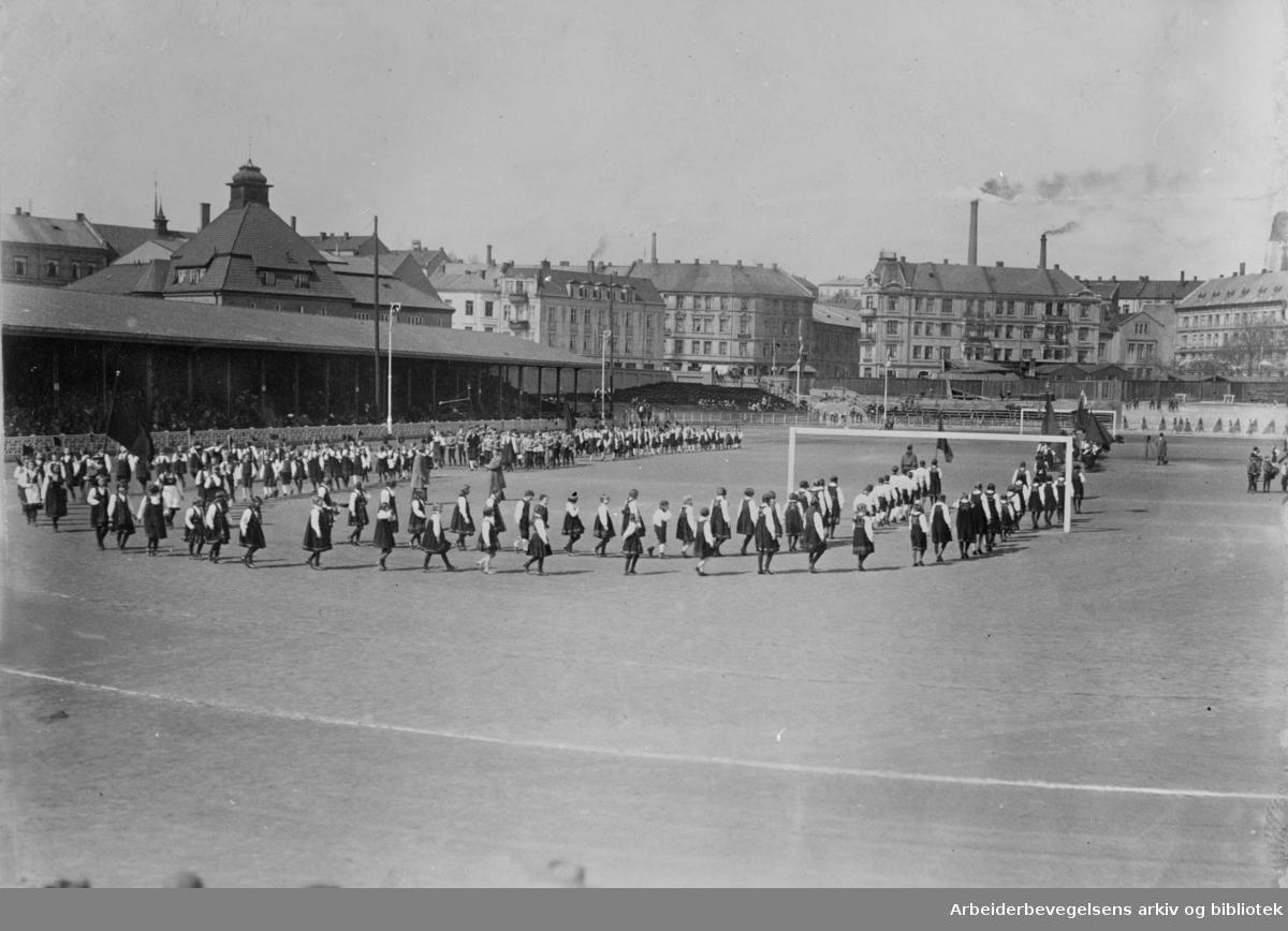 1. mai 1925, fra barnestevnet på Bislett stadion med en oppvisning av leikarringer fra barnelagene.