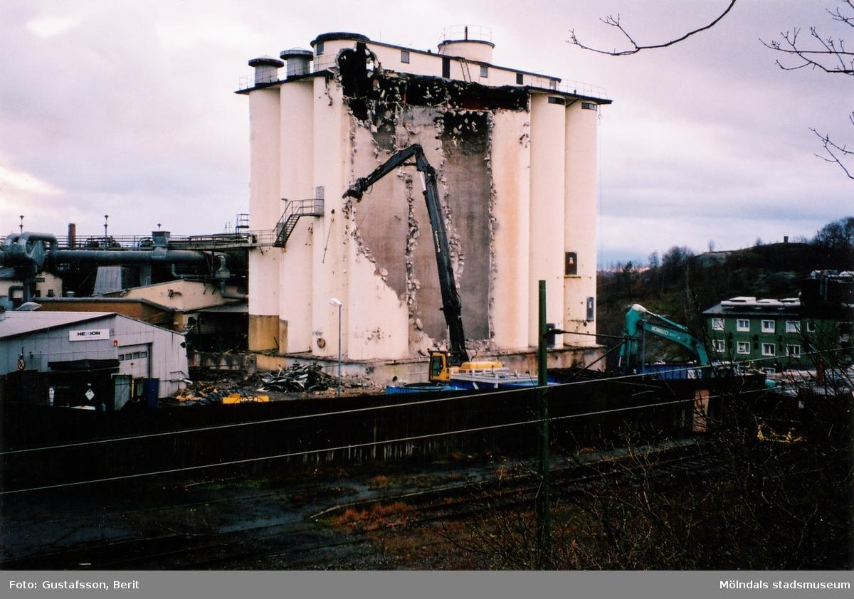 Rivningen av SOAB:s industribyggnader i Mölndals kvarnby är påbörjad, år 2008. Vy från Ormåsgatan.